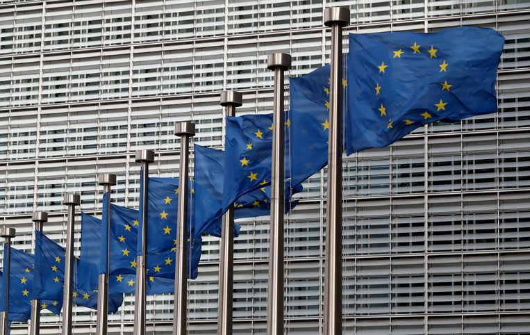 Europese vlaggen wapperen voor het gebouw van de Europese Commissie in Brussel.