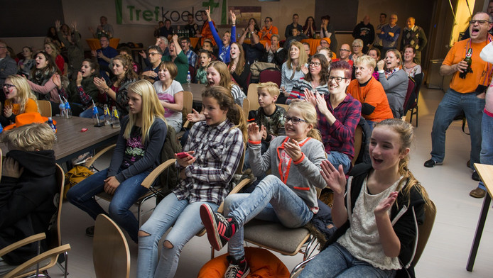 Supporters van het Oranjeteam leven mee in sporthal Trefkoele in handbaldorp Dalfsen