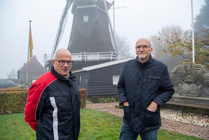Voorzitter Johan Otten (links) en bestuurslid Gerrit Velten van de Stichting Ommer Molens willen in de zaagschuur van molen Den Oordt weer net als vroeger planken zagen.