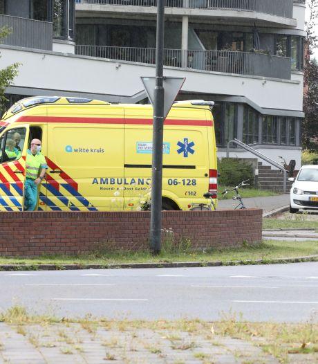 Fietser houdt beenletsel over aan ongeluk met onoplettende automobiliste in Apeldoorn