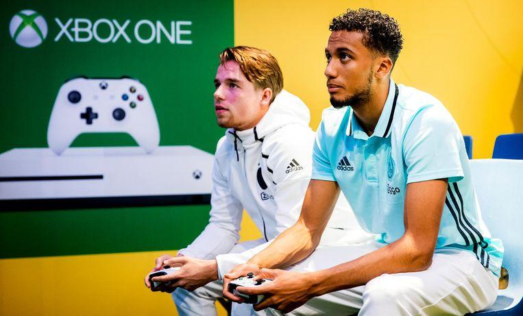Xbox-spelers nemen het tegen elkaar op. Beeld anp