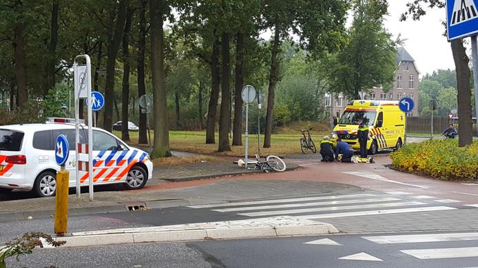Volgens getuigen kwam de fietsster ten val door bladeren op het fietspad.