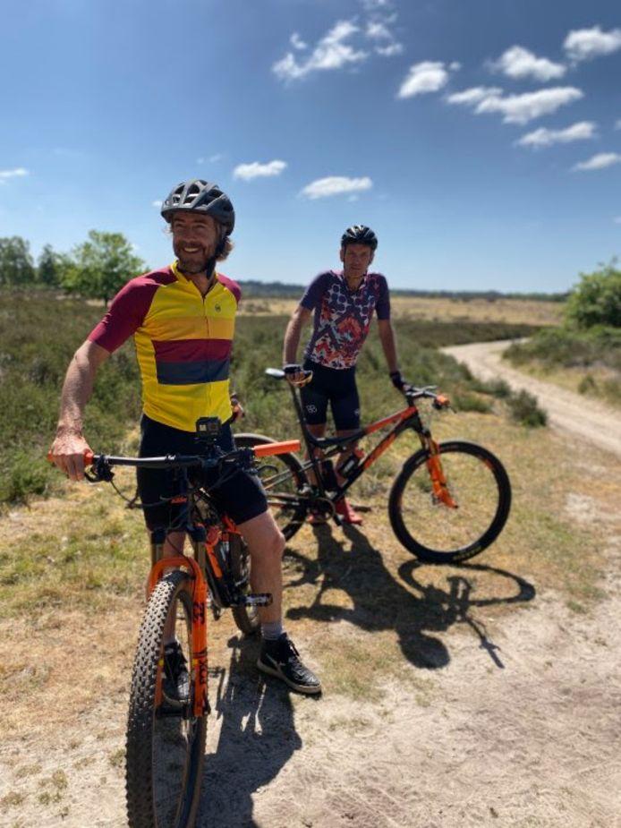 Chris Zegers en oud-wielrenner Rob Harmeling tijdens een fietstocht op de Sallandse Heuvelrug. Vanaf vandaag maakt het programma opnames in deze provincie voor een reeks van 3 op Reis rond Nederlandse bestemmingen.