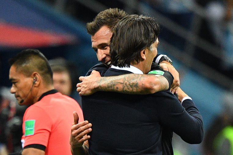 De Kroatische trainer Zlatko Dalic omhelst speler Mario Mandzukic. Beeld AFP
