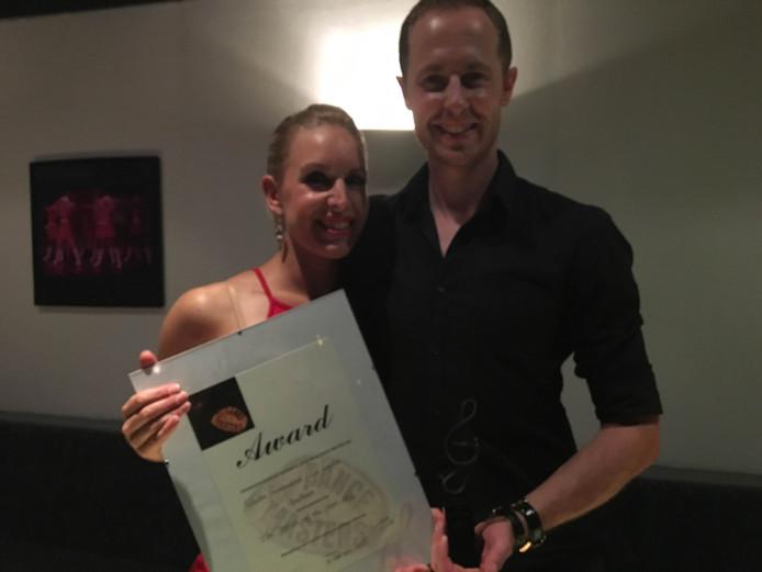 Het danskoppel met hun award.