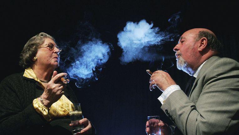 Op een nationale rookvrije dag stak barones Trumpington provocerend een dikke sigaar op Beeld Getty Images