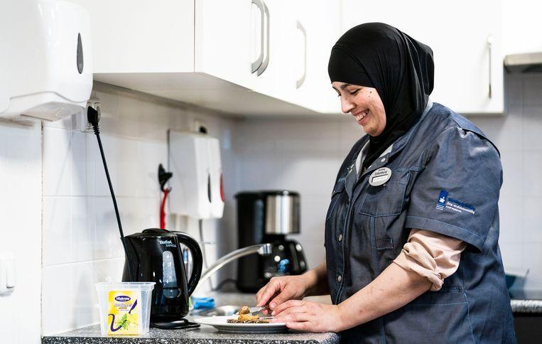 Zoulikha Zerouali aan het werk bij Stichting Eykenburg in Den Haag. Zerouali werkt daar als huiskamerbegeleider via STiP, een initiatief dat basisbanen faciliteert voor mensen die al geruime tijd een uitkering krijgen.  Beeld null