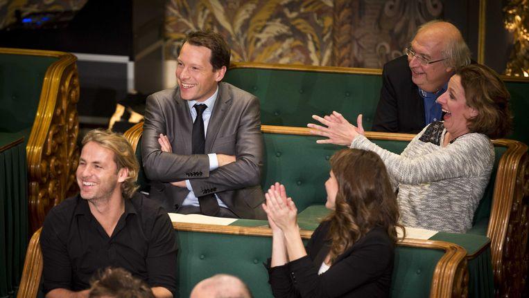Presentator Herman van der Zandt (2eL) na afloop van het Groot Dictee der Nederlandse Taal in de Eerste Kamer. Beeld ANP Kippa