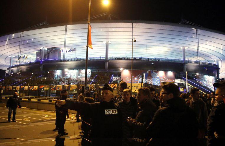 Politie begeleidt toeschouwers naar buiten bij het Stade de France op 13 november 2015. Beeld ap
