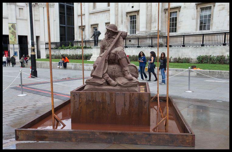 'The Mud Soldier' op Trafalgar Square toont een afgepeigerde, ontmoedigde soldaat. Het werk wordt ook beregend(zie inzet), waarmee wordt verwezen naar de kwetsbaarheid van de soldaten.