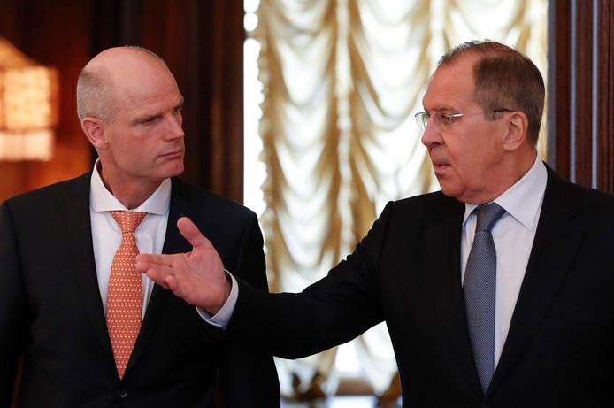 De Russische minister van Buitenlandse Zaken Sergei Lavrov (r) met minister Stef Blok tijdens een ontmoeting in Moskou.