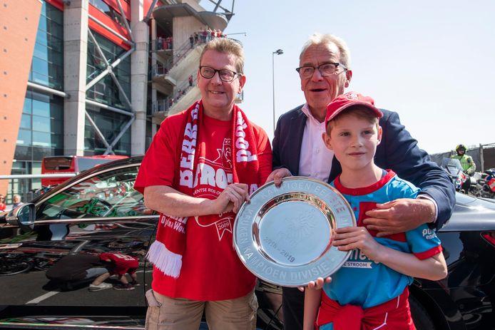 Eric Gudde laat gelukkige FC Twente-fans alvast een foto maken met de kampioensschaal.