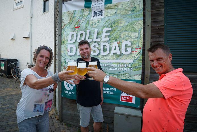 Evert-Jan Nijveldt (midden) van brouwerij De Twee Leeuwen en Marianne van Rijsbergen en Ad Bogerd van eetcafé Hier is 't proosten met het nieuwe biertje.
