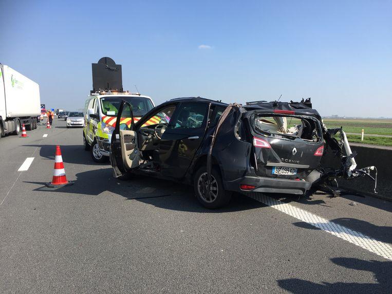 De auto reed in op een vrachtwagen die stond aan te schuiven in de file op E40 in Adinkerke, aan de Franse grens.