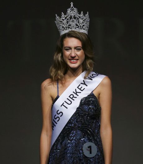 Miss Turkije verliest titel door tweet dag na verkiezing