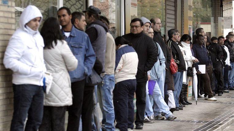 Spanjaarden wachten in de rij voor het werkloosheidsbureau in Madrid. Beeld epa