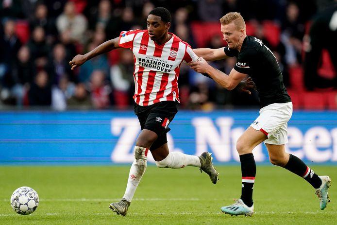 PSV'er Pablo Rosario wordt achterna gezeten door Dani de Wit van AZ.