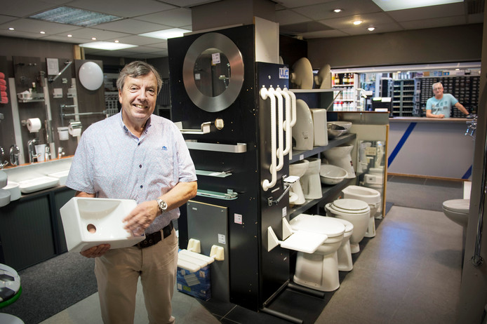 Wim Nannings in zijn zaak. De 68-jarige ondernemer wil stoppen, maar voorlopig draait hij nog gewoon door.