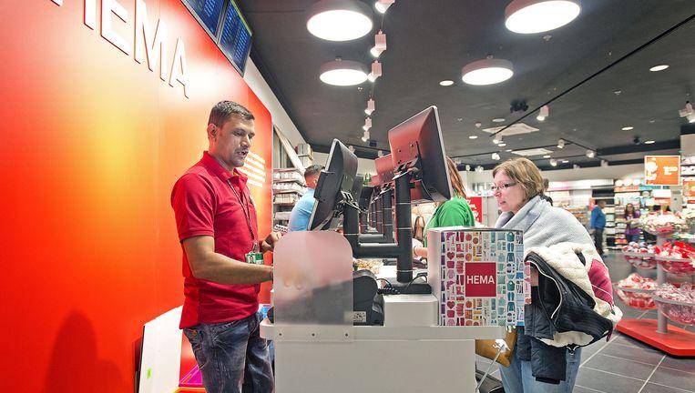 Een filiaal van HEMA op vliegveld Londen Stansted. De buitenlandse winkels draaien bovengemiddeld goed. Beeld Guus Dubbelman / de Volkskrant