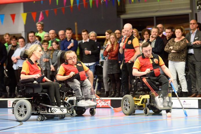 De rolstoelhockeyers, met in het midden Sporter van het jaar Dennis van den Boomen, verzorgden gisteren een demonstratie tijdens het Sport- en cultuurgala in Reusel-De Mierden.