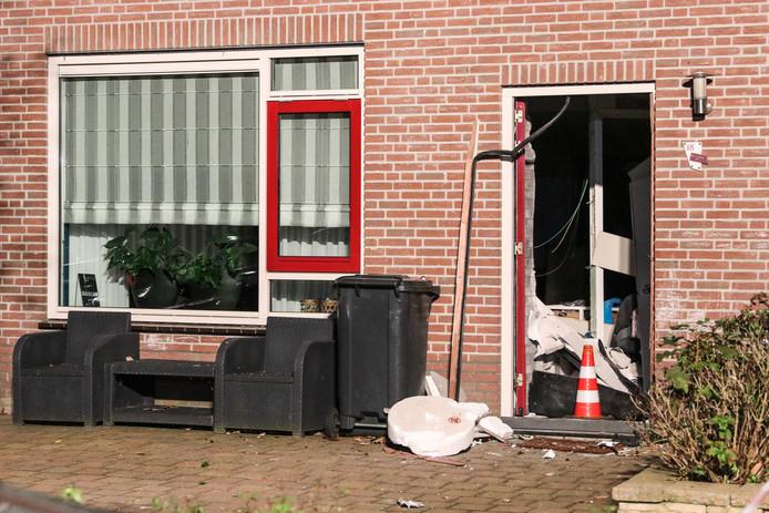 Door de klap kwam ook een aantal dakpannen los. Ook is er in het huis veel schade.