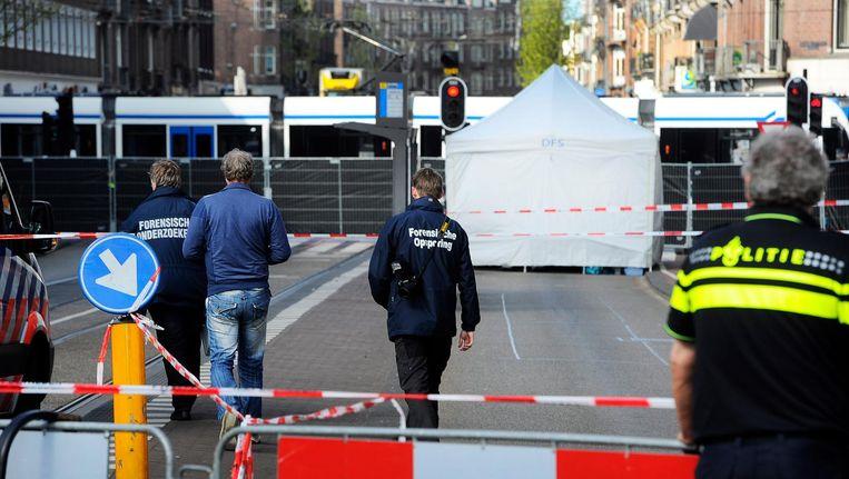 De bestuurster en zes passagiers in een tram die over de Bilderdijkstraat reed en passeerde, bleven door geluk ongedeerd. Beeld anp