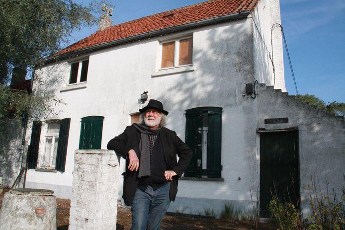 Kunstenaar Walter Vilain voor zijn woning en atelier in Koksijde, waar de slagen zouden gebeurd zijn.