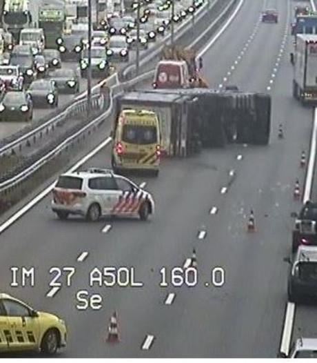 Gekantelde vrachtwagens, A50 volledig afgesloten