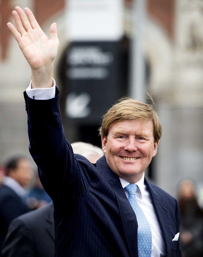 Koning Willem-Alexander zwaait naar het publiek tijdens de opening van Late Rembrandt.