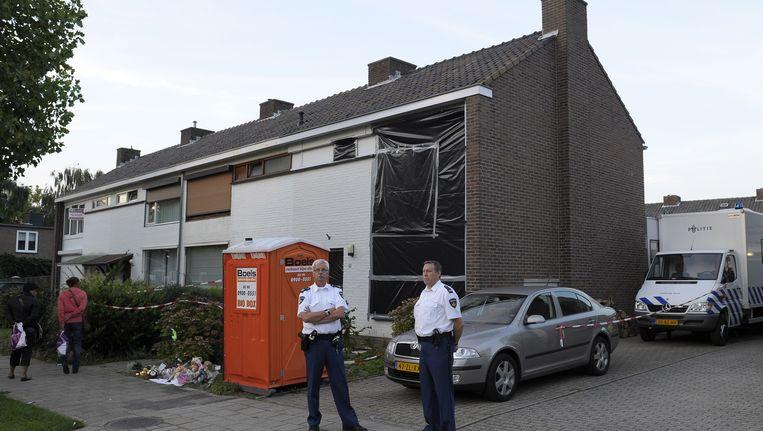 Politiemannen houden de wacht voor de woning van C. Beeld ANP