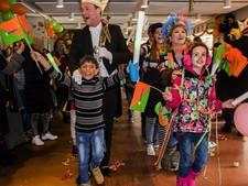 Verbaasde asielzoeker sluit aan in de polonaise in Tilburg: 'Ik vind het leuk'