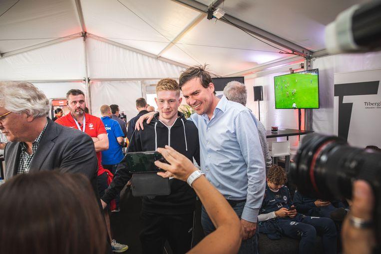 De burgemeester op foto met zijn voetbal-idool