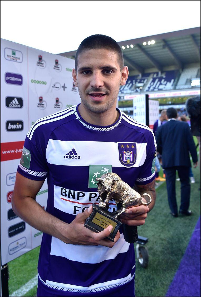 Aleksandar Mitrovic met de Gouden Stier als topscorer van de Jupiler Por League