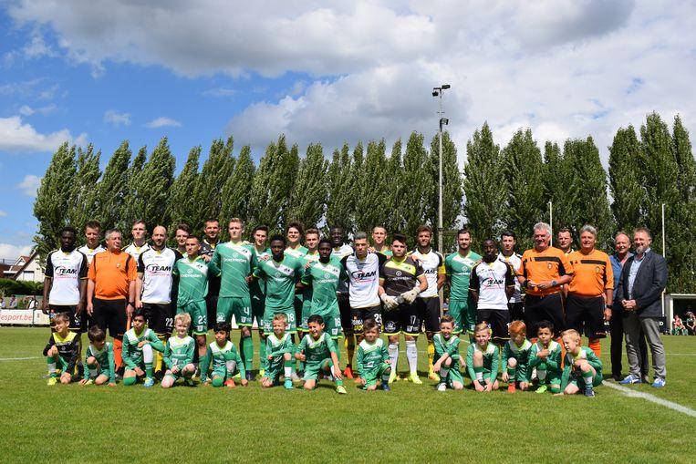 De jaarlijkse groepsfoto tussen KVV Zelzate en Sporting Lokeren.