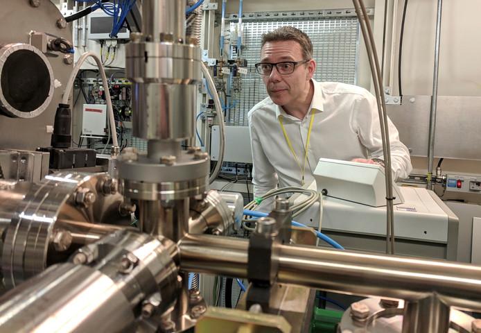 Professor John McGeehan bij één van de apparaten waarmee de stof ontdekt werd.