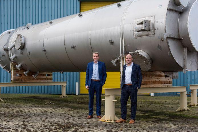 Dorus van Leeuwen (links)  en Joost Wijdeveld bij een zwavelfilter op het terrein van VDL KTI in Arendonk.