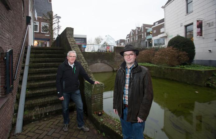 Rienk Kuiper (rechts) en René Siemens zetten zich in voor de herbouw van de Bergpoortbrug