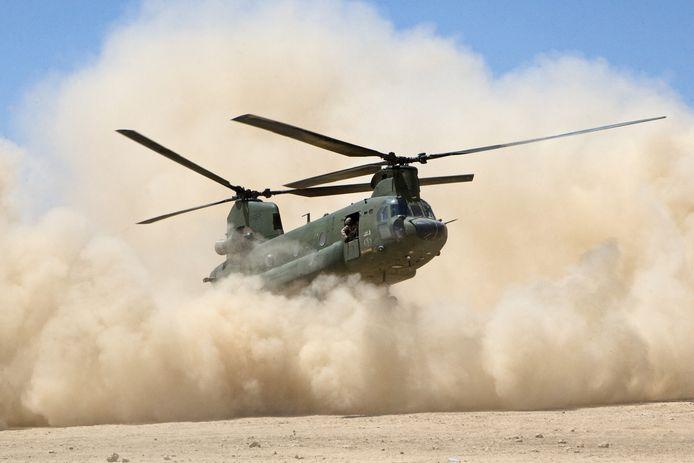 Een Chinook vliegt aan en gaat landen waarbij een 'brown-out' door het opvliegende stof ontstaat. De Loadmaster geeft aanwijzingen aan de piloot, die bijna niets ziet.