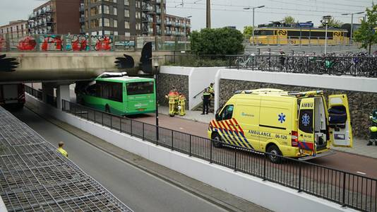 Bus vast onder viaduct Station Osseveld ©