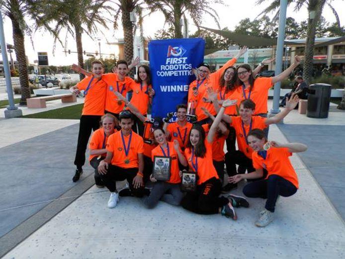 Leerlingen van het Zwijsen College van Team Rembrandts zijn blij met hun winst in de finale van het kampioenschap in Orlando.
