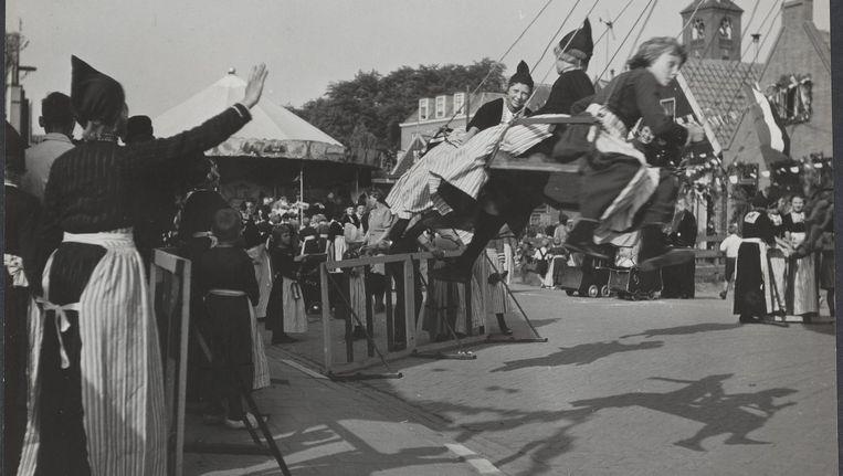 De Volendammer kermis in 1945. Beeld Emmy Andriesse/ Nationaal Archief / Anefo, CC0