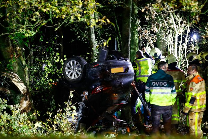 Een auto ligt op de kop in de berm van de A50 na een ernstig ongeval tussen Epe en Heerde. Daarbij was ook een motorrijder betrokken.