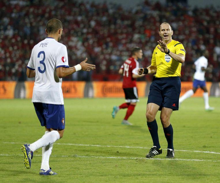 Pepe in discussie met de scheidsrechter tijdens de EK-kwalificatiewedstrijd in en tegen Albanië op 7 september 2015. Beeld epa