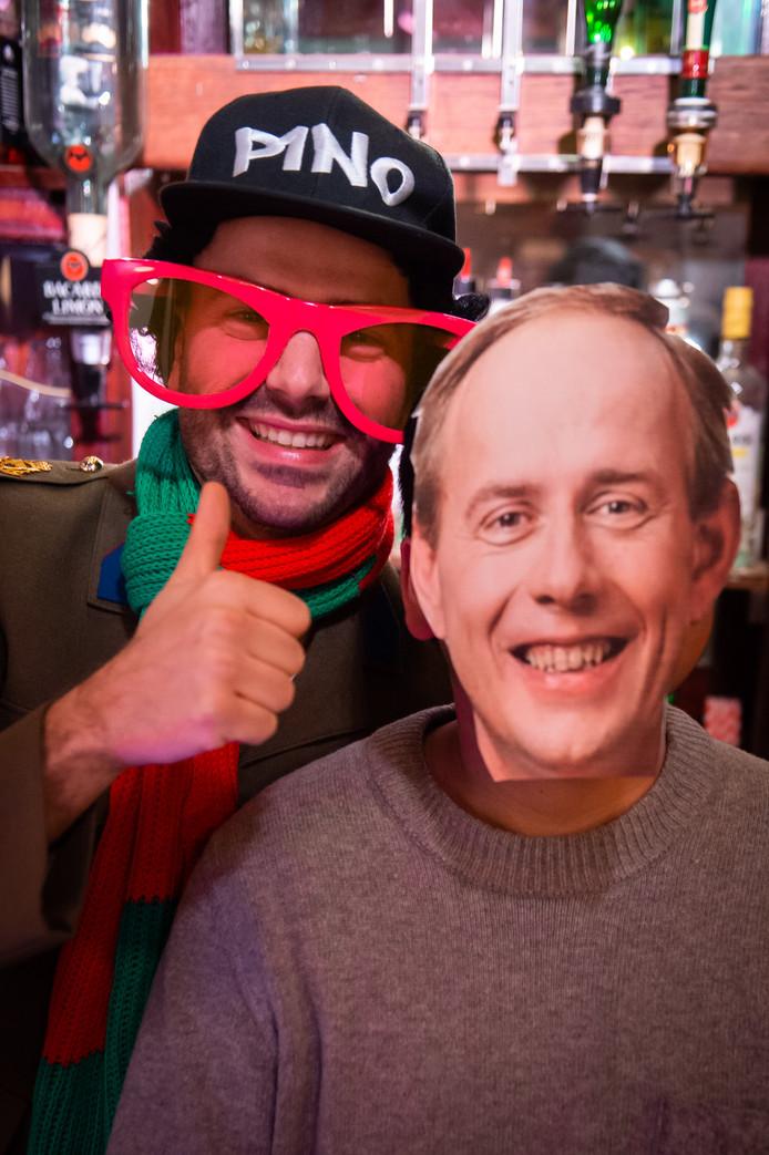 """Pim Haarbosch in café de Pub samen met """"Kees van der Staaij""""."""