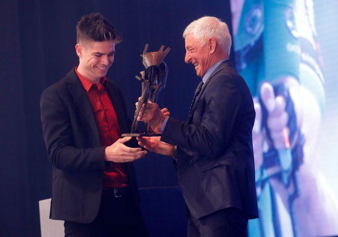 Van Aert krijgt de trofee overhandigt van Francesco Moser.