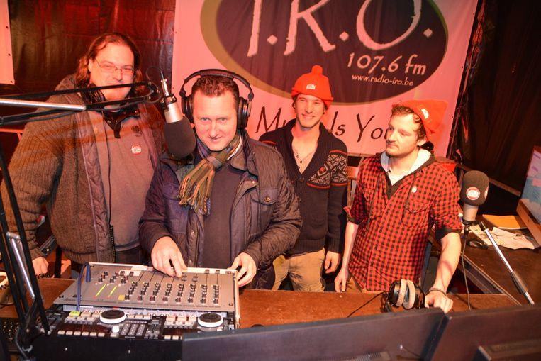Burgemeester Kurt Windels aan de draaitafel van Studio Kontrabas.