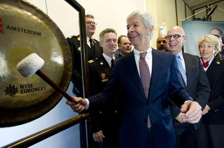 Minister Ronald Plasterk van Binnenlandse Zaken opent de beurs met een slag op de gong. Hij vraagt hiermee aandacht voor geweld tegen hulpverleners tijdens de oudejaarsnacht. Beeld anp