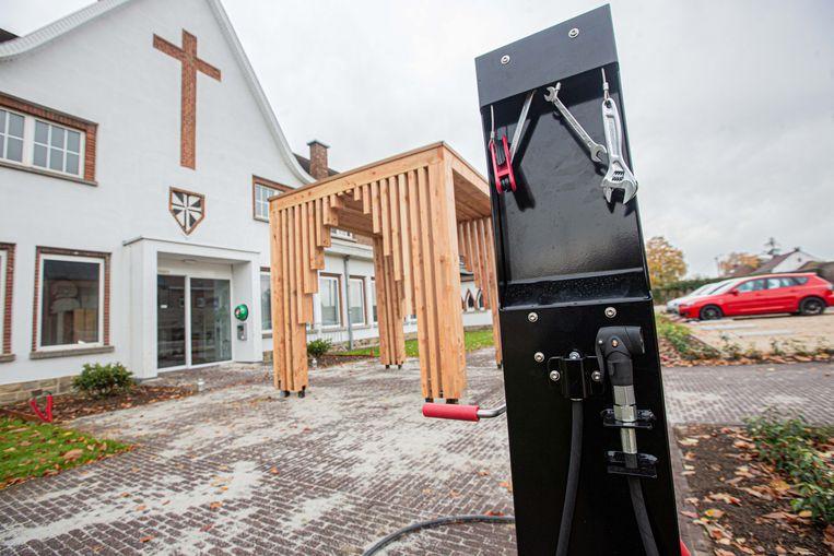 De eerste fietsherstelpaal van het Pajottenland staat aan het Domincanessenklooster. Aan de achterzijde van de zuil hangt nog meer gereedschap.