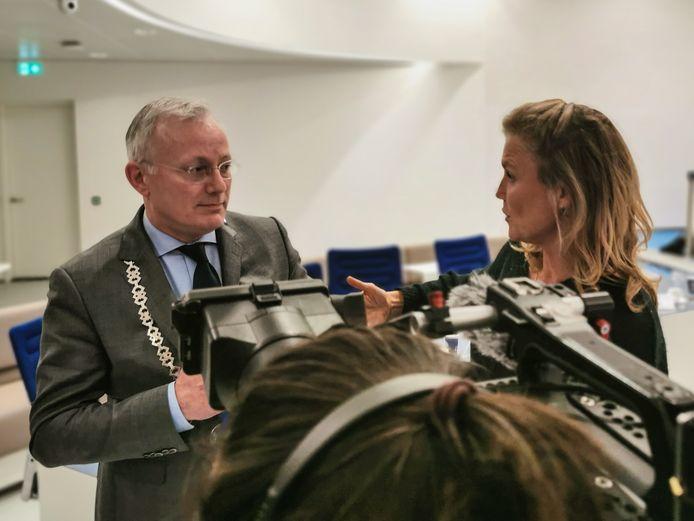 Presentatrice Sophie Hilbrand en burgemeester Arjen Gerritsen.