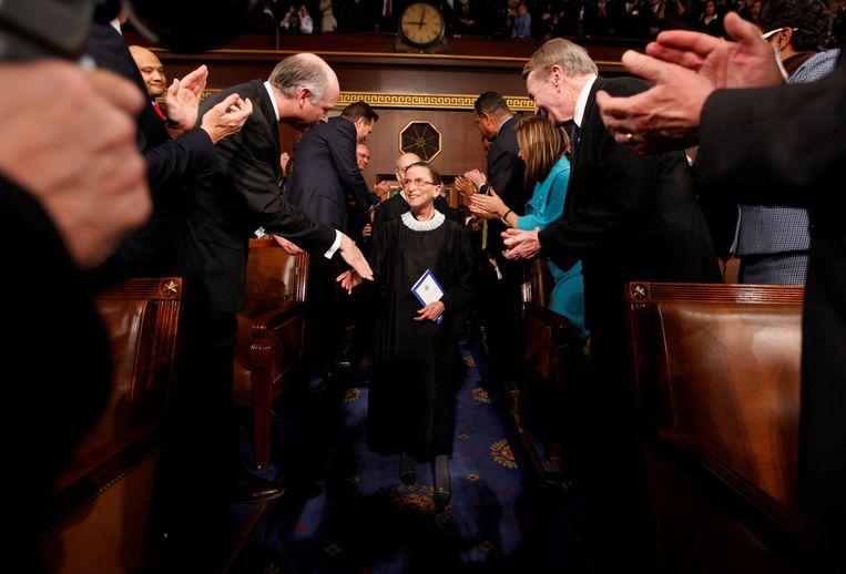 Ruth Bader Ginsburg wordt in 2009 begroet door Congresleden wanneer ze in het Congres arriveert voor het beluisteren van een toespraak door toenmalig president Obama. Beeld Reuters